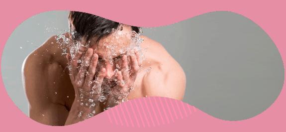 hombre-echandose-agua-en-la-cacra