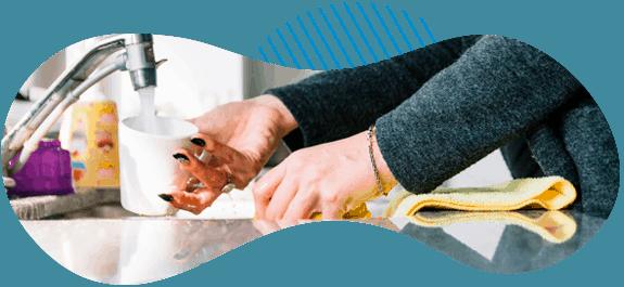 usos-domesticos-imagen-mujer-lavando-vaso